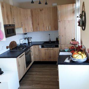 Vakkundig met de hand gemaakte houten keukenkast met kastdeuren | stoerhout-hetgooi.nl