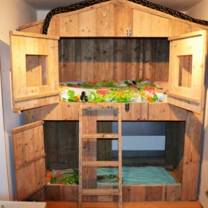 """Vakkundig op maat gemaakte houten hoogslaper """"Huis""""   stoerhout-hetgooi.nl"""